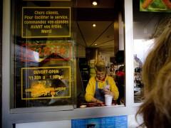 Elle vend des frites. Lui, il écrit sa biographie.